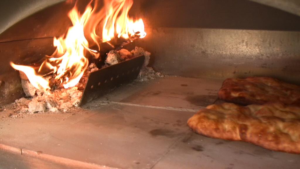 Video ricetta pizza bianca focaccia le ricette di - Forno a legna in casa ...